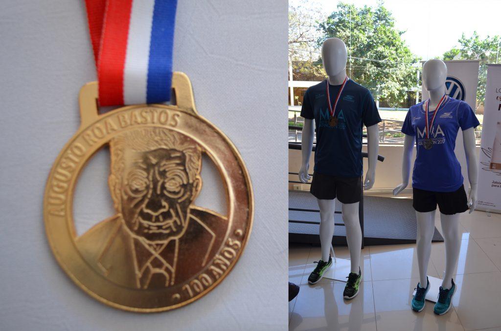 Medallas que serán entregadas a todos los atletas que crucen la meta en los 42 km y los uniformes de la competencia.